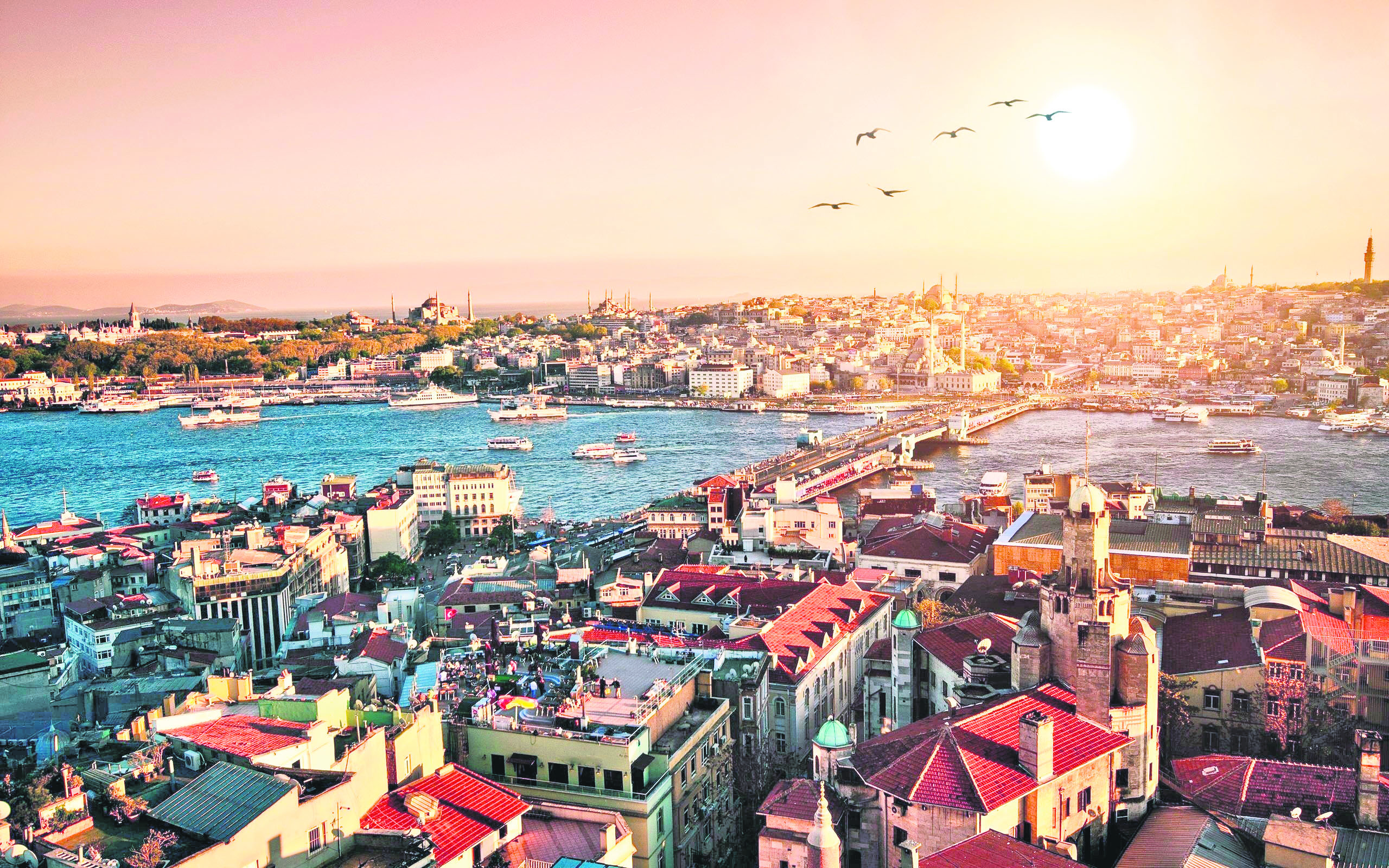 Sanset over Istanbul watched from the highest observation deck in the city.